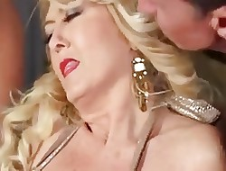 Gros seins face assise - grosseur blondes